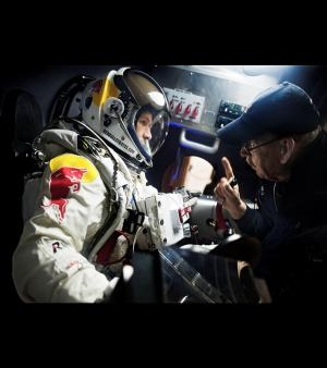 Ici Felix Baumgartner re�oit les derni�res instructions avant le grand d�part/�Red Bull Stratos