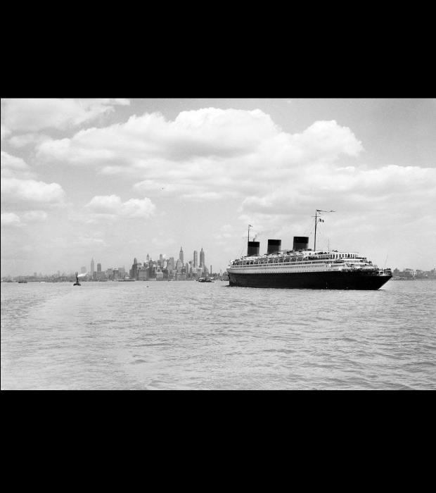 Le S.S. Normandie vu de Staten Island �Courtesy NYC Municipal Archives